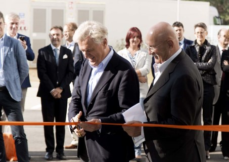 Mr. Joop van Caldenborgh and Mr. Giorgio Nowak cutting the orange ribbon to officially open the Caldic Italia location.